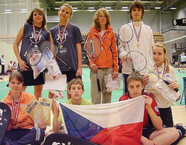 Reprezentace badmintonového oddílu Super Stars Most. Zuzana Jeřichová (dole vlevo) a Jana Malá (vpravo s diplomem) v Dánsku podruhé v řadě zvítězily.