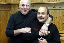Dobrá nálada v zákulisí. Trenér Jaroslav Hübl s vedoucím autobusu Vlastou.