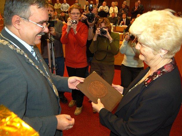 Primátor Mostu Vlastimil Vozka předává ocenění za rok 2007 Heleně Veverkové.