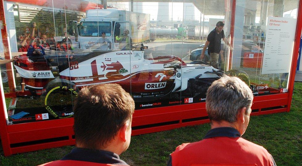 Monopost týmu Formule 1 Alfa Romeo Racing Orlen u čerpací stanice vedle litvínovské chemičky