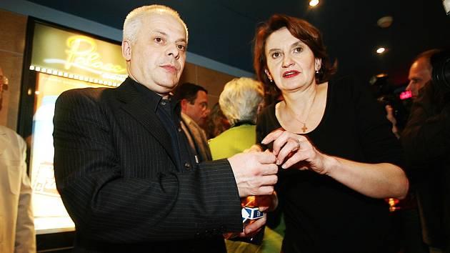 Bohumil Klepl a Eva Holubová se představí v rolích matky a otce Smolíkových.