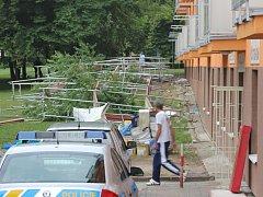 Zřícené lešení v ulici Z. Štěpánka v Mostě.