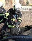 Hasiči likvidují požár koberců s umělým travním povrchem