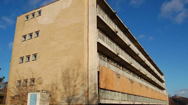 Budova bývalého infekčního oddělení v areálu mostecké nemocnice.