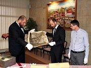 Otevření schránky se chopili ředitel muzea Michal Soukup (vlevo), mostecký primátor Jan Paparega (uprostřed) a ředitel archivu Martin Myšička (vpravo).