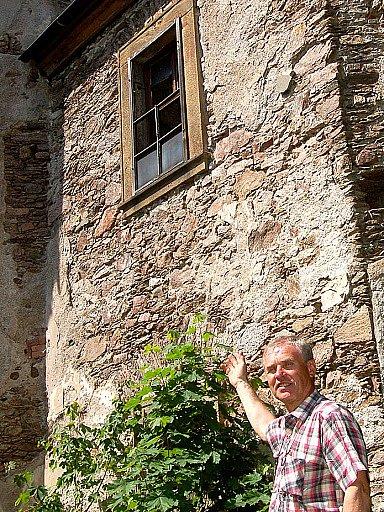 Starosta obce Nová ves v Horách Jan Bejček chce společně se zastupiteli a občany místní chátrající kostel, který patří církvi, zachránit.