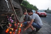 Ve večerních hodinách lidé nosili svíčky na místo havárie děvčat v přímém přenosu.
