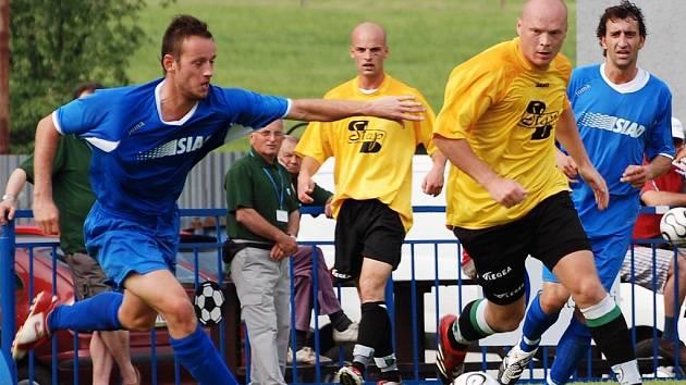 Fotbalisté Souše (vlevo) honí po hřišti hráče Vilémova. Vilémov před svými diváky přehrál hosty 7:0.