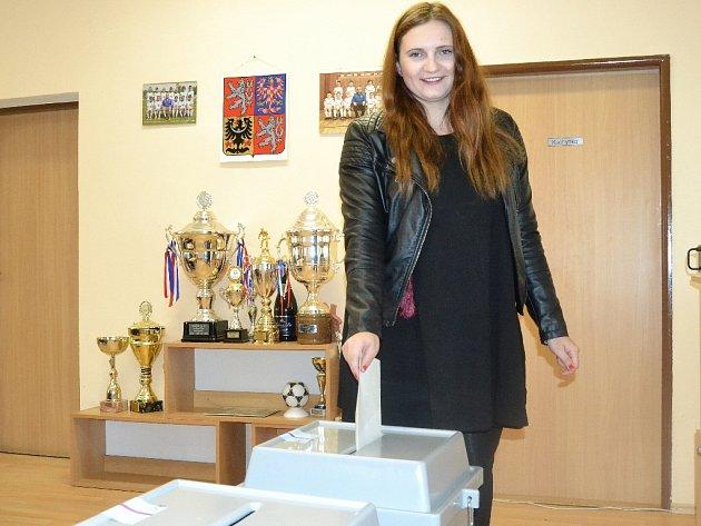 VMostě se hlasuje ive fotbalovém klubu, na snímku Kristýna Opatrná.