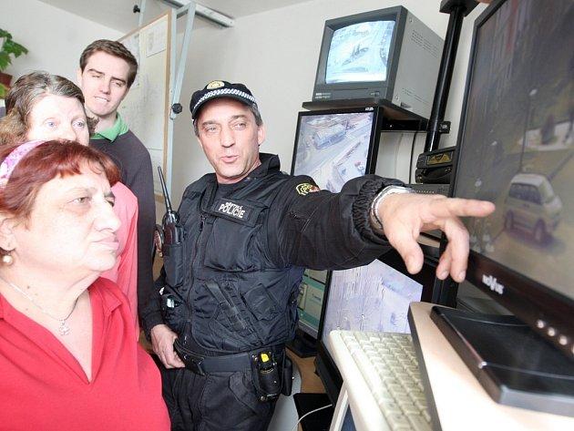 Operační důstojník litvínovských strážníků Josef Havlík ukazuje návštěvě kamerový systém. Kamer bude více.