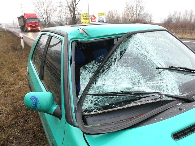 Auto, které srazilo chodce v Záluží na Litvínovsku.