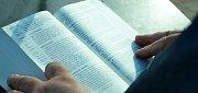 Čtení bible u Kahanu v Mostě.