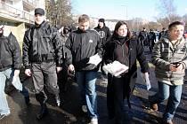 Na tamním janovském sídlišti za asistence státní a městské policie rozdávaly kolemjdoucím letáky a noviny DS.