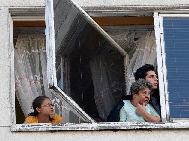 Místní radikálům nadávali z oken.