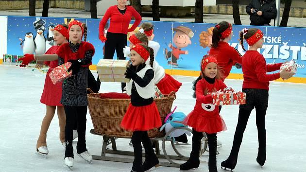 V Mostě na 1. náměstí byly zahájeny vánoční trhy a s nimi spojené dění v podobě řady kulturních vystoupení na novém pódiu.