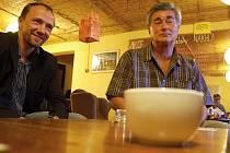 L. Steiner a P. Weiss z OK hovoří s novináři v čajovně.