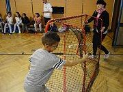 Děti v Chánově začaly hrát po škole florbal a zlepšují se jim známky a chování. Trénuje je bývalý fotbalista a sportovní nadšenec Míra Potužák z Mostu