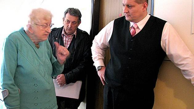 Litvínovský místostarosta Martin Klika mezi tamními důchodci.