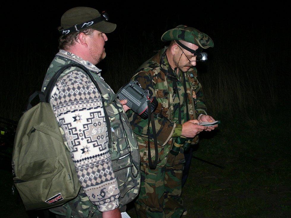 Členové rybářské stráže při nočním zátahu na pytláky. Zjistili dvě porušení pravidel. Hříšníci se tak dopustili přestupku a přišli o povolenku.