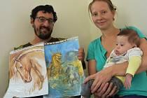 Milan Tóth s kávovým obrazem nakresleným pravou rukou a fantasy výjevem, jehož detaily už musel dotáhnout levačkou. Na snímku s manželkou Janou a půlročním synkem Robinem.