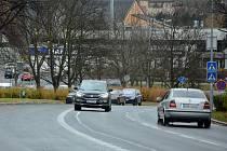 Nový dopravní režim v ulici Bělehradská v Mostě, kde z části silnice vzniklo parkoviště.