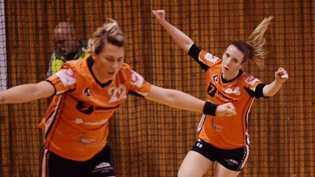 Stefanija Miševská a Lucia Mikulčík se radují.