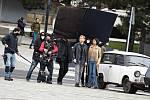 Natáčení britského seriálu Extinction v Mostě skončilo o víkendu. Na snímku herec Lukas Loughran a herečka Anjli Mohindra.