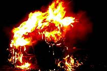 Jedna z popelnic, které hořely v Mostě během jediné noci.