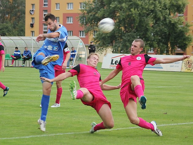 Fotbalistům Souše (v modrém Martin Tancoš) se v současnosti v divizi nedaří.