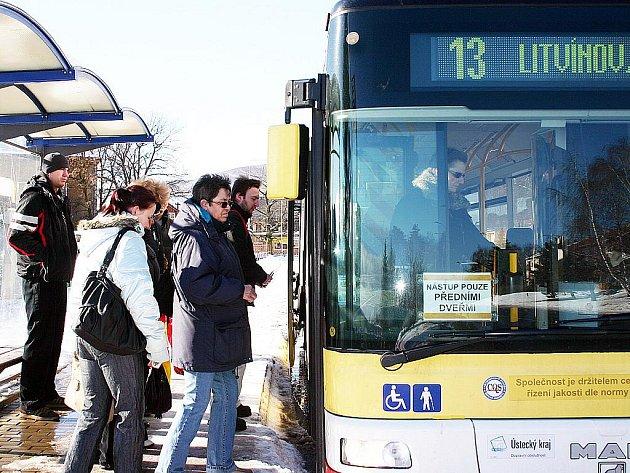 Lidé nastupují do autobusu v Janově.
