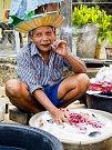 Muž pere prádlo ve veřejné prádelně