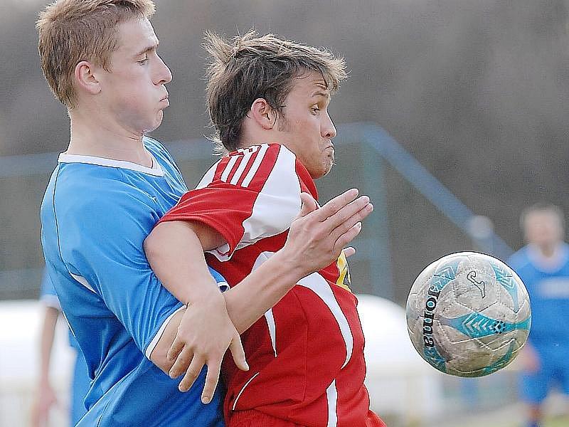 Fotbalisté Souše (v modrém) se o víkendu představí ve Štětí.