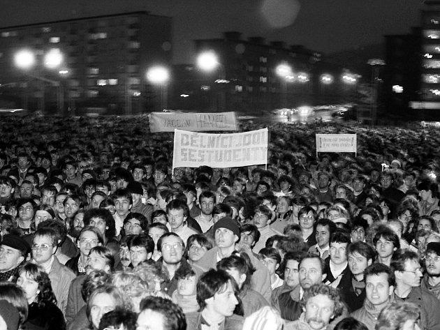 Tehdejší Plecháč a manifestace z 22. listopadu 1989. Dnes zde stojí obchodní centrum Central.