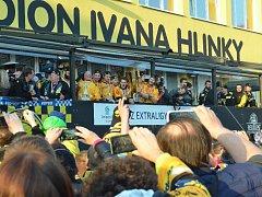 Vítání hokejistů, kteří jsou na tribuně restaurace na zimním stadionu.