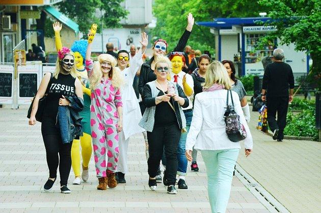 Studenti SOŠ Litvínov-Hamr vyrazili do Mostu na poslední zvonění. Je čas maturitních zkoušek.
