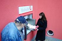Zkouška nového babyboxu v areálu mostecké nemocnice.