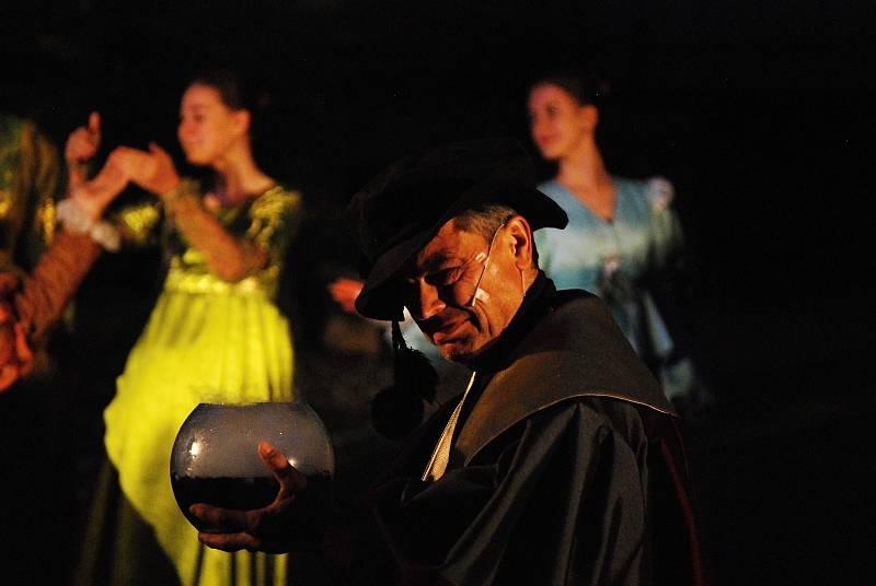 Premiéra výpravné inscenace Golem v romantickém prostředí mosteckého hradu večer v pátek 17. září.