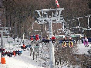 Středisko Klíny je v sezoně oblíbeným cílem milovníků zimních sportů. Archivní foto