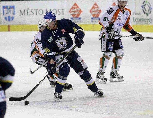 Hokejisté Mostu (ve světlém) hostili na své ledové ploše hokejisty Ústí nad Labem