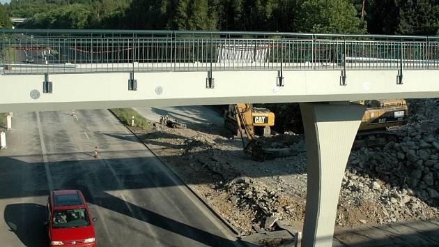 Silnice I/13 v Mostě je otevřená po demolici starého mostu.