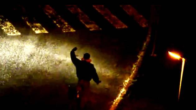 Muž tancující na silnici.