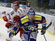 Petr Nedvěd (vlevo) může na hokej na pár týdnů zapomenout.