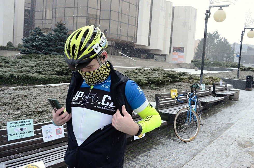 Tradiční novoroční cyklistická jízda v Mostě neměla letos hromadný start. Nadšenci vyjížděli z 1. náměstí postupně mezi 10. a 15. hodinou.