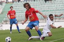 Mostecké fotbalisty (v bílém Zoran Danoski) čeká o víkendu domácí duel s Kladnem.