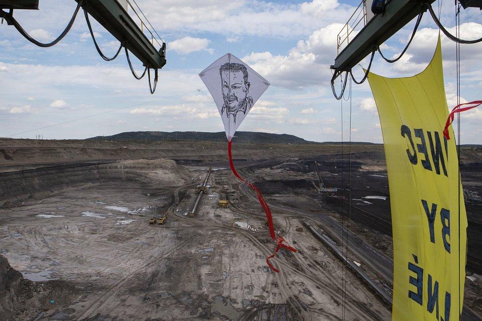 Aktivisté přímo ze stroje vypustili dva draky s obličeji ministra životního prostředí Richarda Brabce a ministra průmyslu a obchodu Karla Havlíčka