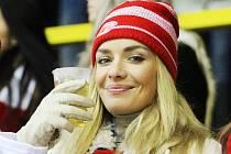 Taťána Kuchařová strávila při nedělním utkání mezi Litvínovem a Slavií celé tři třetiny na tribuně Zimního stadionu Ivana Hlinky. Její postava jménem Simona ve filmu Správnej dres podporuje Slavii jen naoko kvůli manželovi, jinak je fanynkou Litvínova.