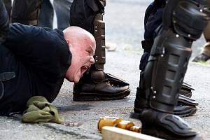 Stovky radikálů se 17. listopadu 2008 pokusili o pogrom na Romy v Litvínově. Takzvaná Bitva o Janov skončila krvavým střetem s policií. Bylo to varování pro budoucnost, která je nyní podobně znepokojivá a navíc složitější o rozdmýchaný strach z migrantů.
