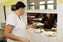 Děti v obci Braňany využívají rekonstruovanou jídelnu, kuchařky mají modernější kuchyni.