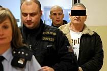 Policisté přivádějí muže, který měl zneužít dvanáctiletou dívku.