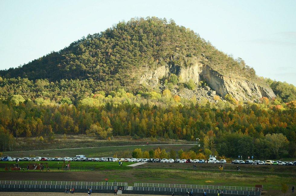 V sobotu 24. října navštívila jezero Most odpoledne i večer řada lidí. Parkoviště byla plná.